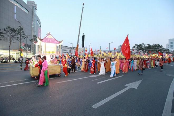 Đoàn Phật giáo VN tham dự lễ hội lồng đèn hoa sen